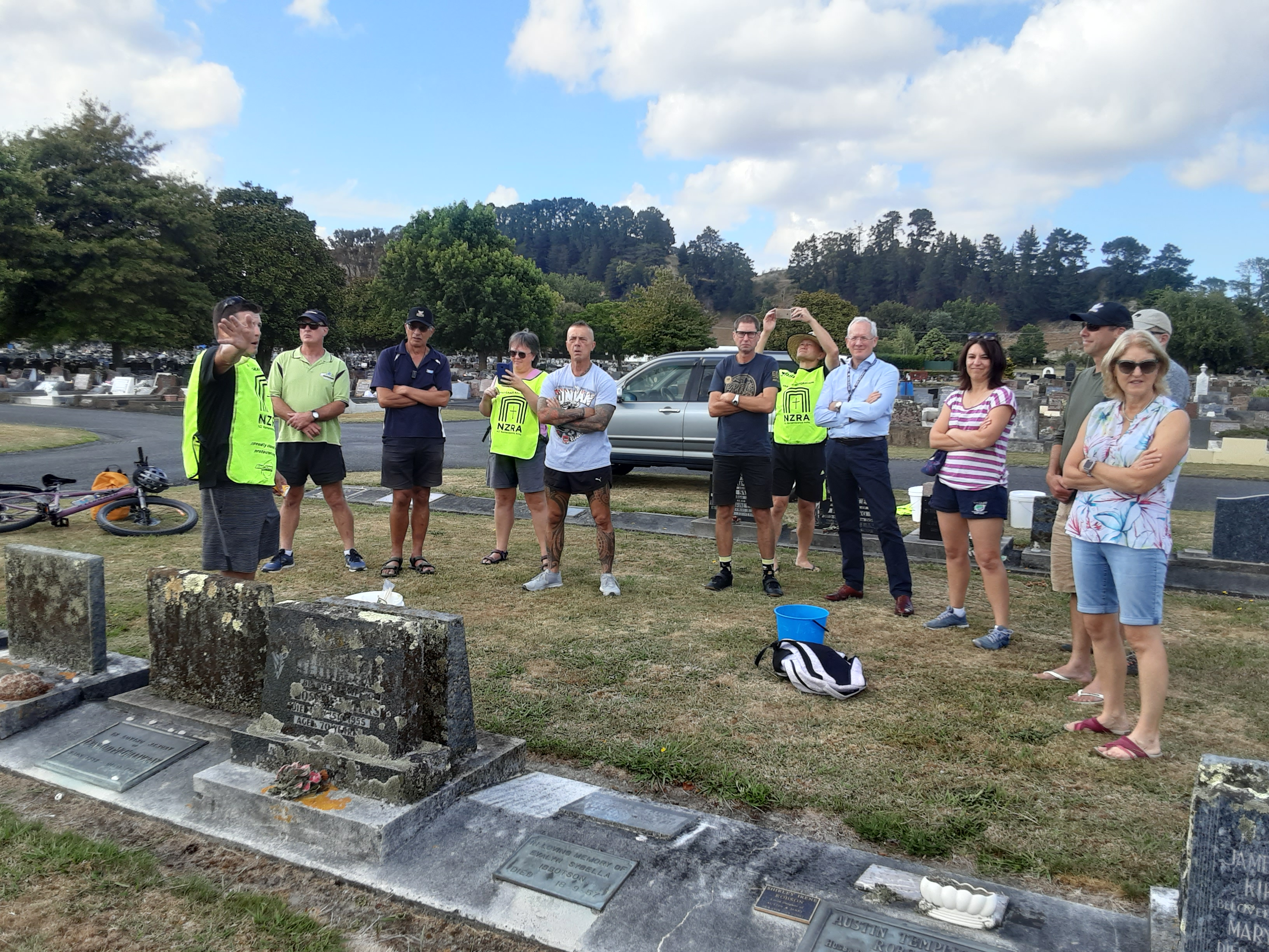 Major Emeritus Simon Strombom DSD runs a tutorial on cleaning service graves in Whanganui for 5WWCT reunion